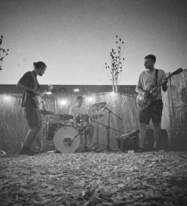 Es ist Sommer und Unsere Haus und Hof Band Sijeb spielt am Stattstrand